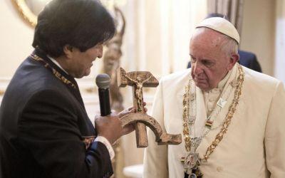 Luglio 2015: il presidente della Bolivia Evo Morales regala a Papa Francesco un crocefisso a forma di falce e martello