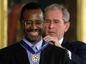 George W. Bush Jr. premia Ben Carson con la Presidential Medal of Freedom